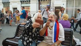 Grappige grootvaders in openlucht stock video