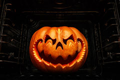 Grappige Halloween-pompoen die op een Chinees draakhoofd, braadstuk lijken royalty-vrije stock foto