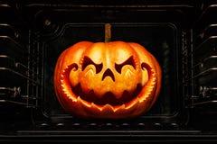 Grappige Halloween-pompoen die op een Chinees draakhoofd, braadstuk lijken stock afbeelding