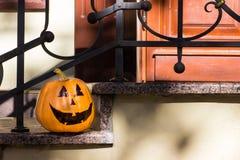Grappige Halloween-pompoen op de portiek Royalty-vrije Stock Foto