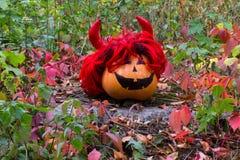 Grappige Halloween-Pompoen op het gras Stock Foto's