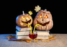 Grappige Halloween-pompoenen die wijn drinken Royalty-vrije Stock Foto's