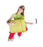 Grappige het spel groene zak van de meisjestoerist in sunglass Stock Foto