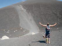 Grappige heuvel die in Volcano Cerro Negro lopen Royalty-vrije Stock Foto