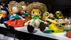 Grappige houten herinneringen voor verkoop bij Kerstmismarkt in Boedapest stock afbeeldingen