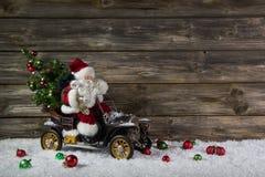 Grappige houten Kerstmisachtergrond met santa voor een bon of mede royalty-vrije stock afbeelding