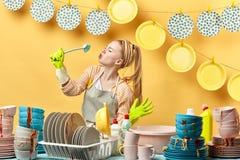 Grappige huishoudster die van tijd in de keuken genieten stock foto's