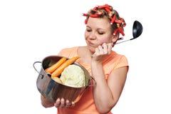 Grappige huisvrouw met pangroenten Stock Afbeelding