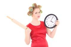Grappige huisvrouw met rol-speld en klok over wit Royalty-vrije Stock Foto's