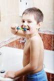 Grappige jong geitje het borstelen tanden Stock Afbeelding