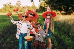 Grappige jonge geitjes in Halloween-kostuums royalty-vrije stock foto