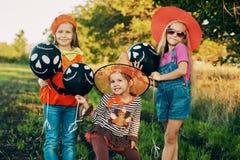 Grappige jonge geitjes in Halloween-kostuums royalty-vrije stock afbeeldingen