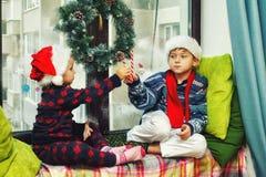 Grappige jonge geitjes in het huis die op Kerstmis wachten royalty-vrije stock foto's