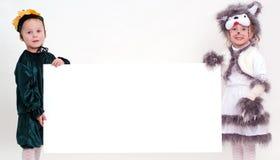 Grappige jonge geitjes met groot leeg blad van document Royalty-vrije Stock Afbeeldingen