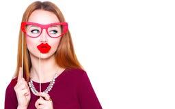 Grappige jonge het document van de vrouwenholding glazen en rode lippen royalty-vrije stock fotografie