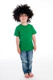 Grappige Jonge Jongen die een grote Zwarte Pruik dragen. Royalty-vrije Stock Foto's