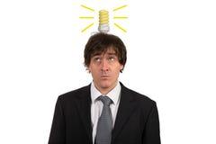 Grappige jonge mens met gloeilamp over zijn die hoofd, op witte achtergrond wordt geïsoleerd Royalty-vrije Stock Foto