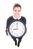 Grappige jonge mooie bedrijfsvrouw die die klok tonen op w wordt geïsoleerd royalty-vrije stock afbeelding