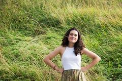 Grappige jonge vrouw die van het leven van het land genieten Royalty-vrije Stock Foto