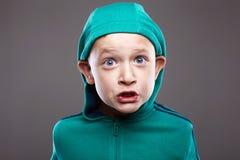 Grappige jongen in Kap grimassen getrokken emotiekind royalty-vrije stock afbeeldingen