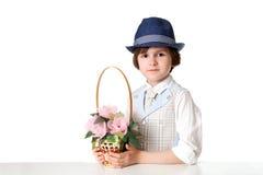 Grappige jongen met mand van bloemen Royalty-vrije Stock Foto's