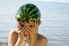 Grappige jongen met watermeloenhelm royalty-vrije stock foto