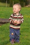 Grappige jongen op de lenteweide Royalty-vrije Stock Fotografie