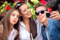 Grappige jongeren die selfie nemen royalty-vrije stock foto's