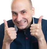 Grappige kale kerel die zijn duimen omhoog gesturing Stock Foto
