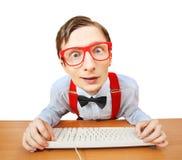 Grappige kerel die Internet doorbladert royalty-vrije stock afbeeldingen