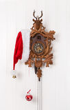 Grappige Kerstmisdecoratie met een oude koekoeksklok en een rode wh Royalty-vrije Stock Afbeeldingen