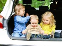 Grappige kinderen in de auto Stock Afbeelding