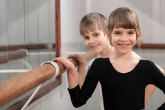 Kinderen die zich bij balletstaaf bevinden stock afbeeldingen