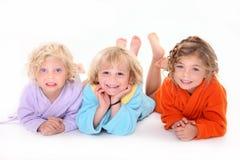 Grappige kinderen op de vloer Stock Foto's