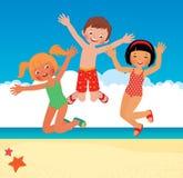 Grappige kinderen op het strand Stock Afbeeldingen
