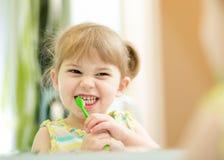 Grappige kindmeisje het borstelen tanden Royalty-vrije Stock Foto's