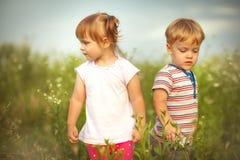 Grappige kleine tweelingen Stock Foto's