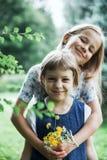 Grappige kleine zusters in de zomerpark royalty-vrije stock fotografie