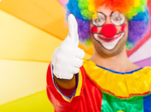 Grappige kleurrijke clown Thumbs omhoog Stock Foto