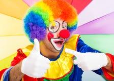 Grappige kleurrijke clown Thumbs omhoog Stock Afbeeldingen