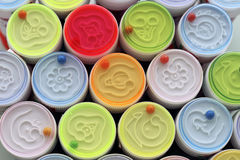 Grappige kleurrijke kranen van flessen met zeep om bellen te doen Stock Fotografie