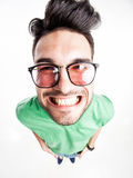 Grappige knappe mens die met hipsterglazen wijd glimlachen royalty-vrije stock foto