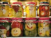 Grappige kruiken van groenten in het zuur op stadsmarkt Budapes Hongarije Royalty-vrije Stock Afbeelding