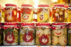 Grappige kruiken van groenten in het zuur op stadsmarkt Budapes Hongarije Royalty-vrije Stock Fotografie