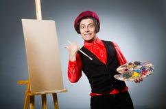 Grappige kunstenaar in donkere studio Stock Fotografie