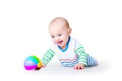 Grappige lachende grappige babyjongen die leren te kruipen Stock Afbeelding