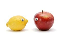 Grappige lmon en appel met ogen Stock Afbeeldingen