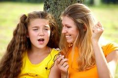 Grappige mamma en dochter het luisteren muziek Stock Afbeelding