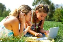 Grappige mamma en dochter met laptop stock fotografie