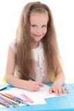 Grappige meisjetekening die die kleurenpotloden gebruiken op wit worden geïsoleerd royalty-vrije stock afbeelding